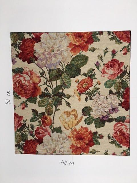 Møbelstof med mønster af blomster på lys baggrund.