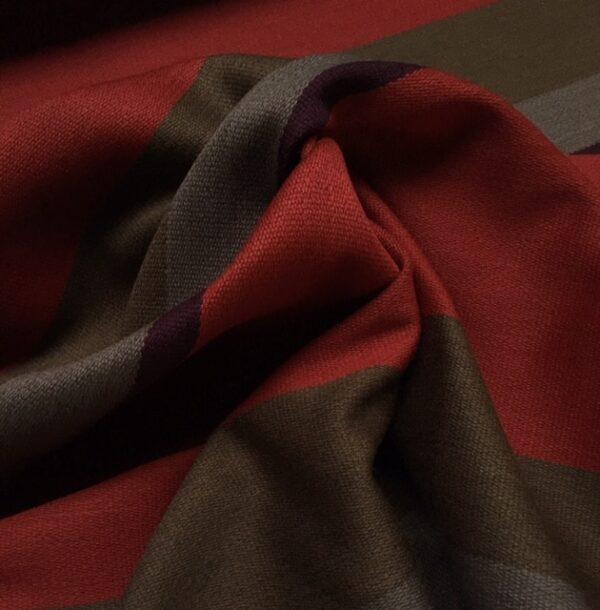 Bestla rød fra Kvadrat med striber i rød, varm grå, aubergine og brun
