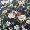 Mønstret velour med naturtro motiv på en elegant baggrund